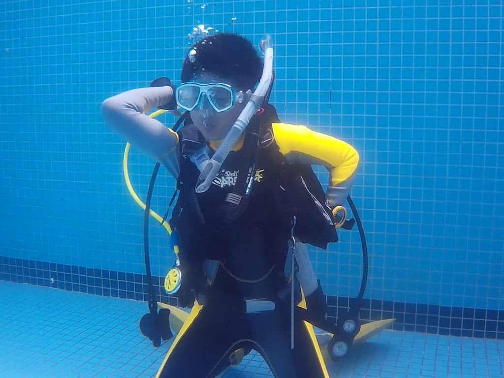 scuba-diver-pool 水肺潛水員